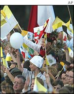 Cheering crowds greet the Pope at Balice Airport