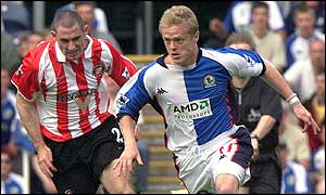Sunderland's Stephen Wright and Blackburn's Damien Duff compete for the goal