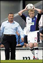 Damien Duff takes a throw as manager Graeme Souness looks on