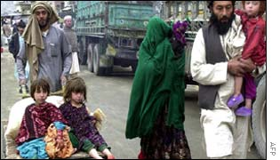 An Afghan family returning from Pakistan to Afghanistan