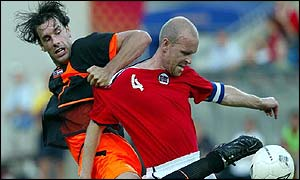 Holland's Ruud van Nistelrooy tussles with Norway's Henning Berg in Oslo