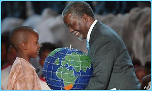 South African president Thabo Mbeki receives a globe during the welcoming ceremony