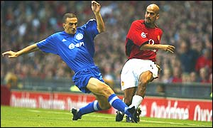 Juan Sebastian Veron crosses for Manchester United