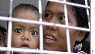 A Filipino mother and child wait for deportation
