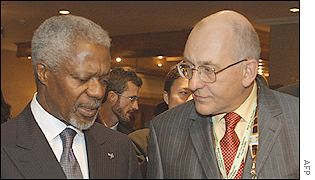 Kofi Annan y Phil Watts, presidente de Shell