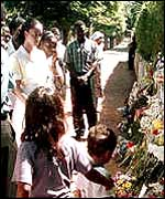 People laying flowers at the murder site in Maputo