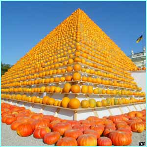 A giant pyramid made out of pumpkins was on show at a special pumpkin exhibition in Stuttgart in Germany!
