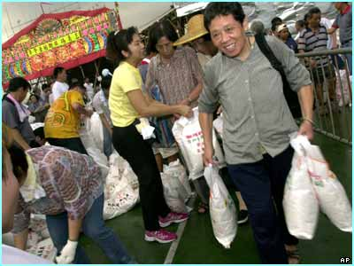 8,000 sacks of rice were given away as part of a Chinese tradition in Hong Kong