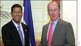 El Salvador President Francisco Flores (left) and  Spanish vice premier and Economy Minister Rodrigo Rato