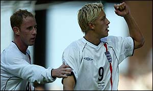 Nicky Butt congratulates a jubilant Alan Smith