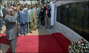 President Moi unveiling a memorial to the victims of the US bombing
