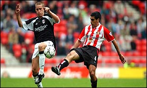 Sunderland's Claudio Reyna (right) battles with Sean Davis