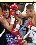 Fernando Vargas (right) pins Oscar de la Hoya on the ropes