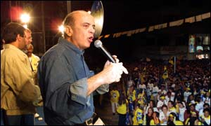 Jose Serra addresses a rally in a key state