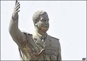 ¿La revolución convirtió a los militares en payasos? _38265128_estatua