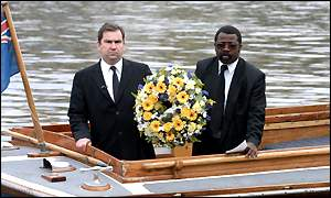 Det Ins Will O'Reilly (left) and John Azah, independent advisory group, lay a wreath in the River Thames