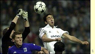 Raul heads the ball against Genk