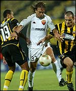 AS Roma's Gabriel Batistuta is sandwiched by Mauricio Wright and Mihalis Kapsis  of AEK Athens