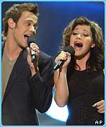 Kelly Clarkson sang a duet with Will Young