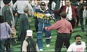 Aravinda de Silva leaves the field after winning the final