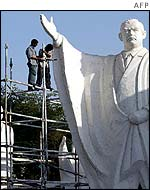 Workers put the finishing touches on a statue of Saddam Hussein