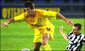 Harry Kewell goes past a Metalurg Zaporizhzhya defender