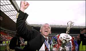 Peter Reid celebrates with the league trophy in 1999