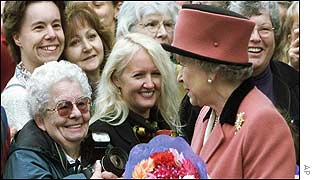 Queen meets Canadians on walkabout