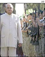 Mr Vajpayee reviews honour guard in Nicosia