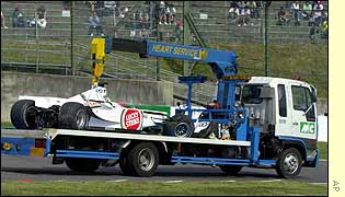 Jacques Villeneuve's wreckage is towed away