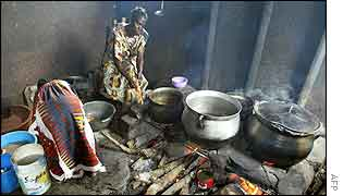 Displaced people cooking near Bouake