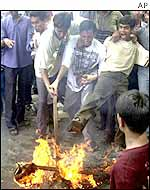 Dhaka demonstrators burn Bush effigy