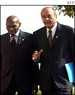 Jacques Chirac (R) with Senegalese President Abdoulaye Wade
