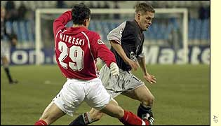 Michael Owen (right) fights for the ball with Spartak's Igor Mitreski