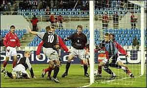 Michael Owen prods in his second goal to put Liverpool 2-1 ahead