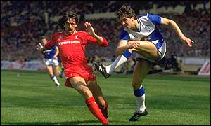 Gary Lineker comes up against a future colleague, Mark Lawrenson, in the 1986 FA Cup final