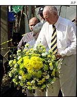 Australian Governor-General Peter Hollingworth lays a wreath at the blast site