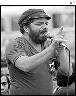 Lula addresses a crowd in 1982