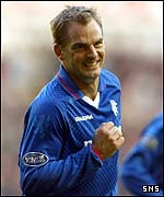 Ronald de Boer celebrates his goal