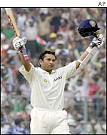 Sachin Tendulkar acknowledges fans' ovation