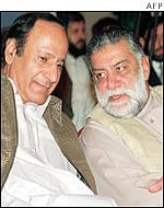 Zafarullah Jamali (R) with party colleague Chowdhury Shujaat (L)
