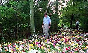Earl Spencer and a carpet of flowers in memory of Diana at Althorp, Northamptonshire