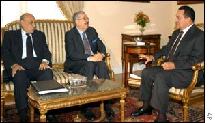 Iraqi Foreign Minister Naji Sabri meeting Egyptian President Hosni Mubarak (R) and Foreign Minister Ahmed Maher (L)