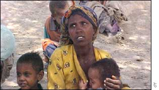 Ethiopians wait for food aid