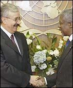 Iraqi Foreign Minister Naji Sabri (L) with UN Secretary General Kofi Annan in a file photo.