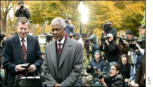 United Nations Secretary General Kofi Annan (centre) at a press conference to announce Iraq's acceptance