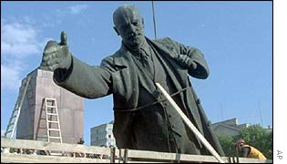 Lenin's statue is removed from Vilnius, 1991