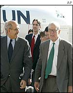 Hans Blix (r) and Mohammed el-Baradei arrive in Iraq