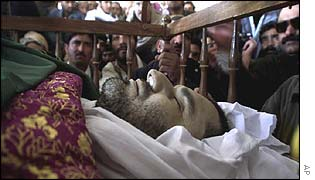 Mourners view the body of Aimal Khan Kansi in Quetta
