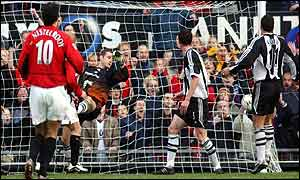 Paul Scholes (hidden) puts Man Utd ahead